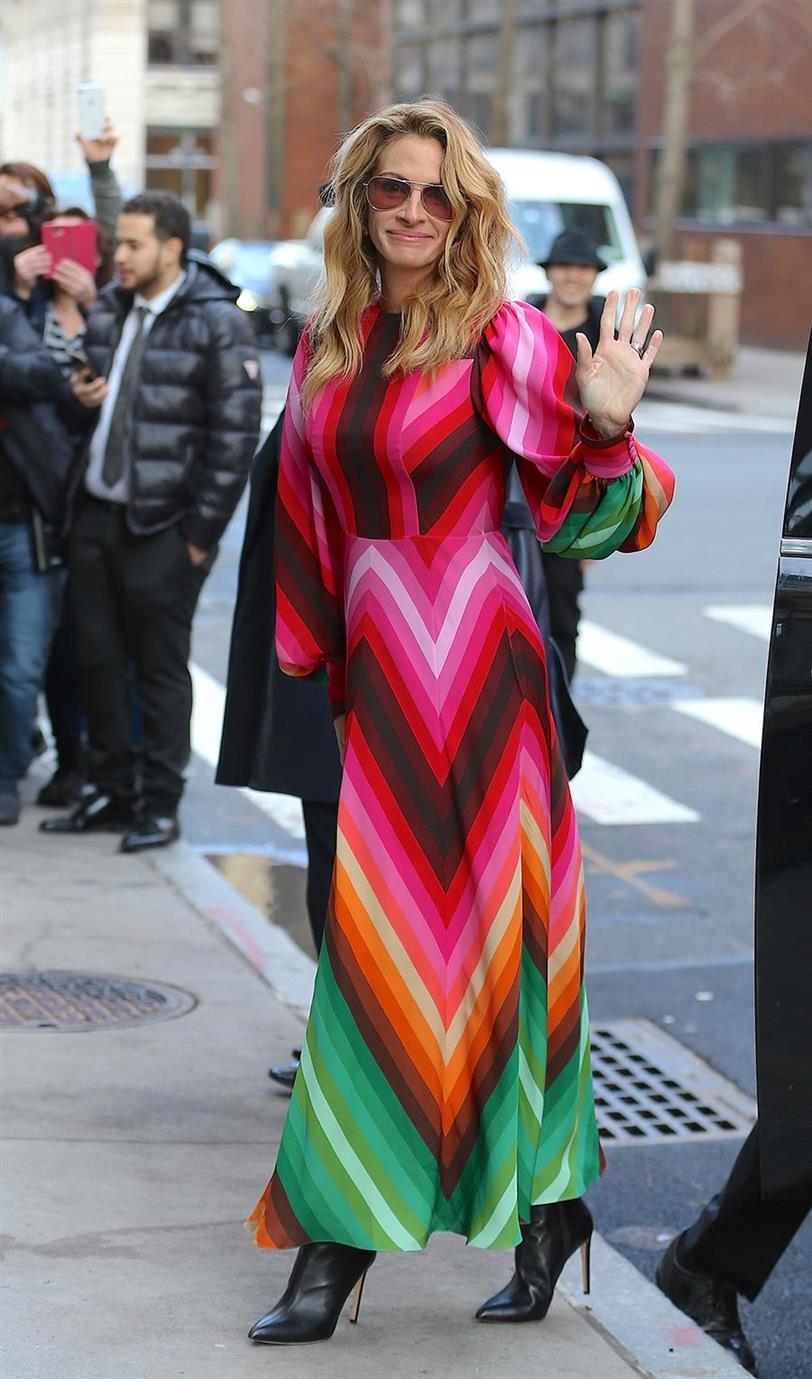 a98ecb1bc Julia Roberts estrena un vestido que le quita años de encima - InStyle