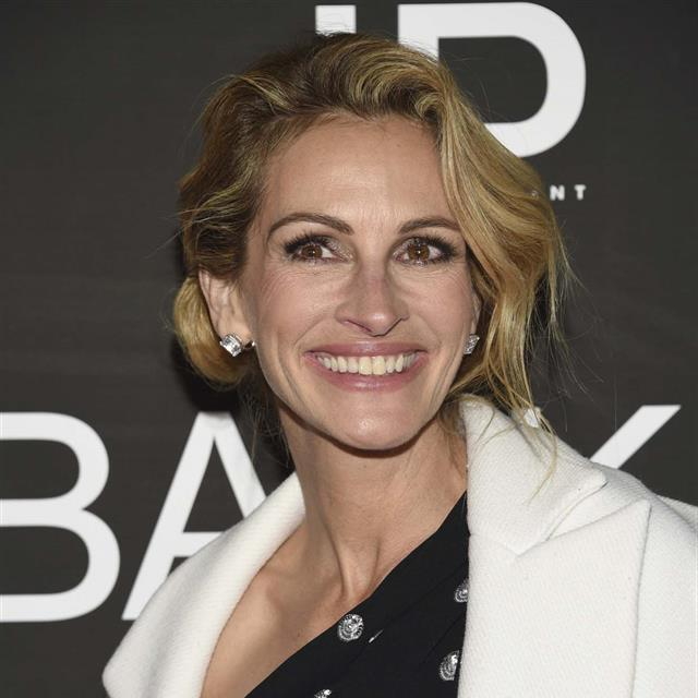 Julia Roberts reinventa el 'little black dress' con un LOOKAZO de noche