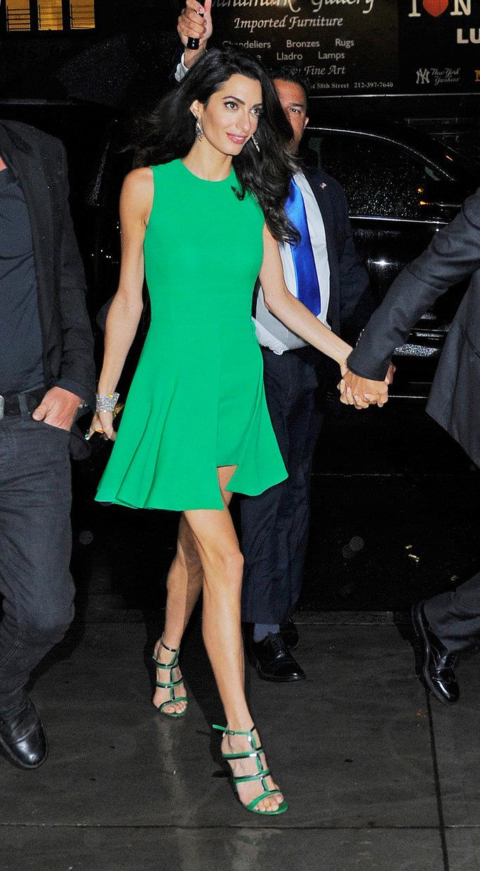 093015-amal-clooney-in-the-rain 0. Dress code: cóctel