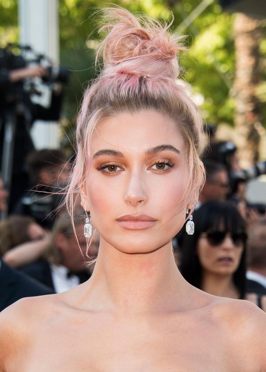moño-alto-despeinado-hailey-baldwin. Moños altos