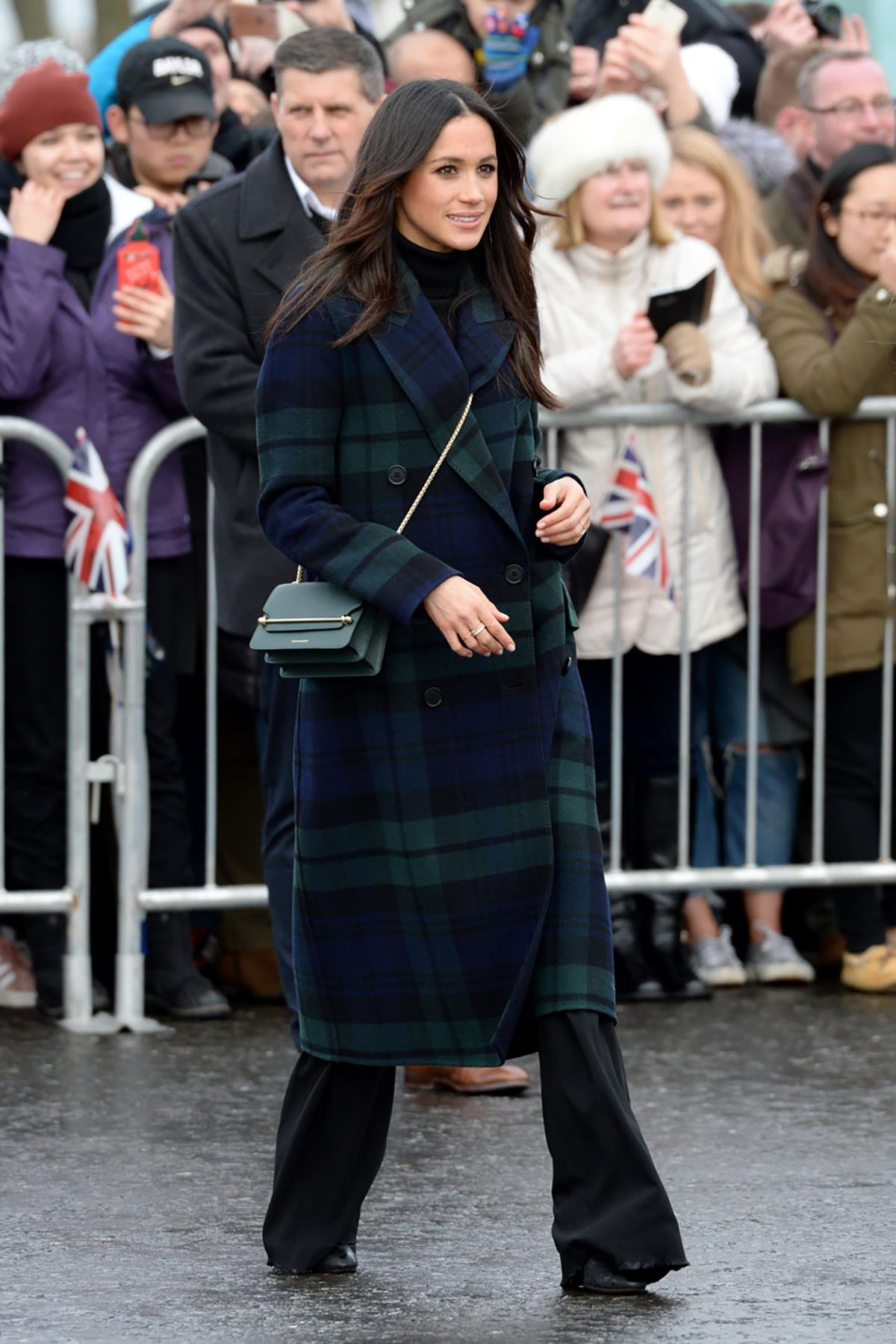 mejores-looks-meghan-markle-2018-12. Bolso 'Made in Spain'