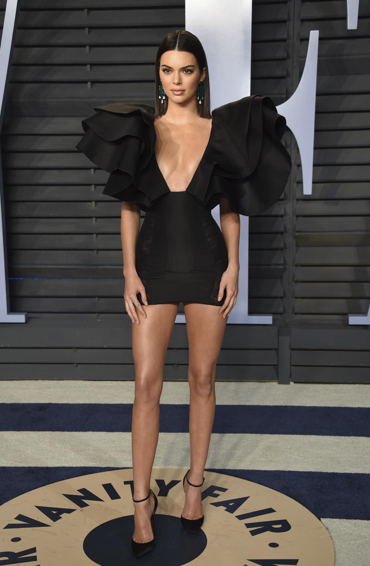 Vestido negro corto famosas