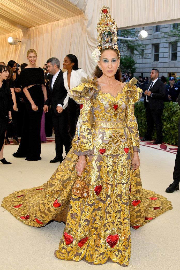 9116149a6b met-gala-2018-sjp . El vestido dorado de Sarah Jessica Parker