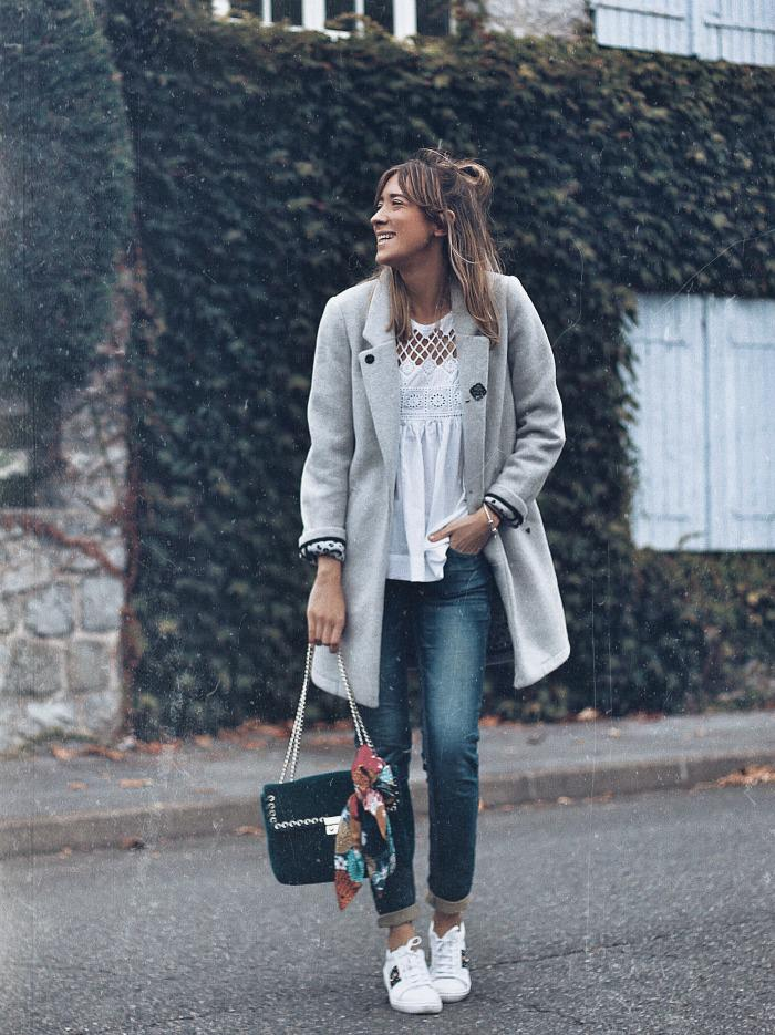 abrigo-gris-look-and-chic-3. LOOK 3: Con vaqueros y blusa blanca