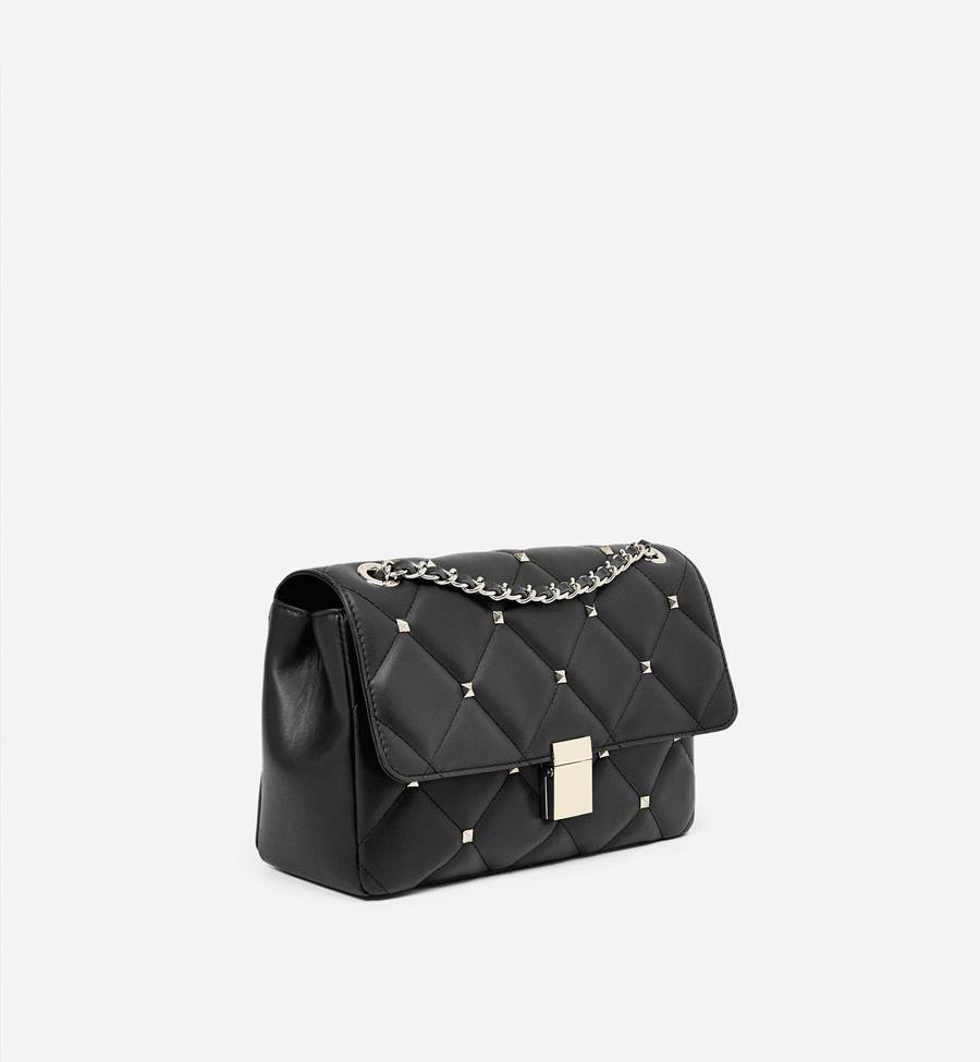 ffb345e86 Bolso negro de tachuelas. Un bolso bandolera negro con cadena, un básico de  todas