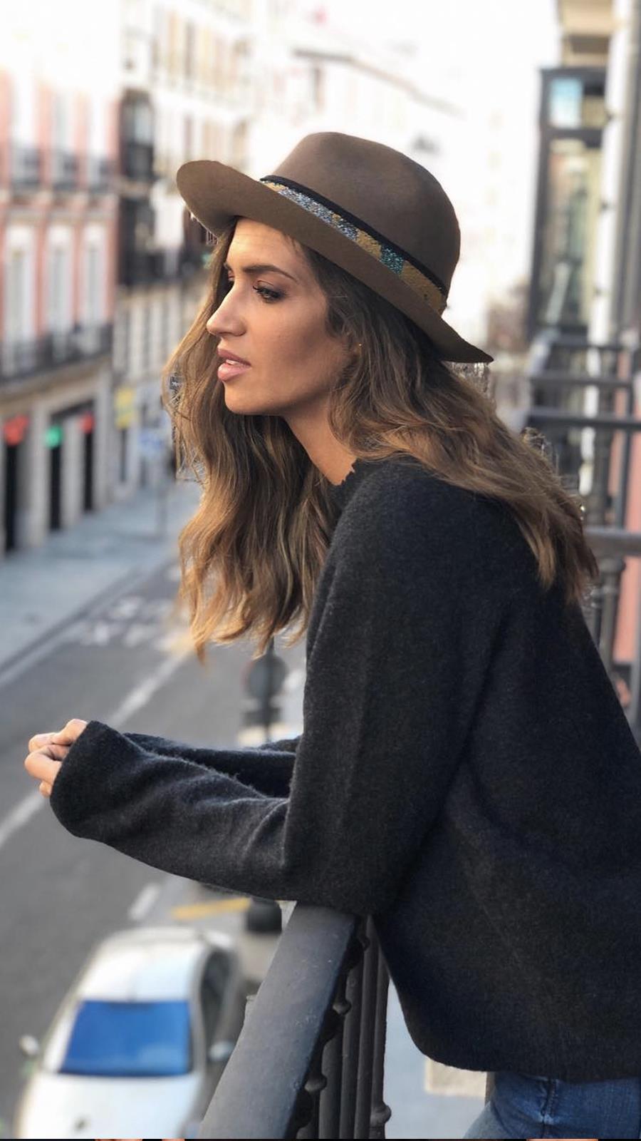 77d0e07a144df Sara Carbonero Instagram. Sara Carbonero sabe cómo dar un toque a un  look