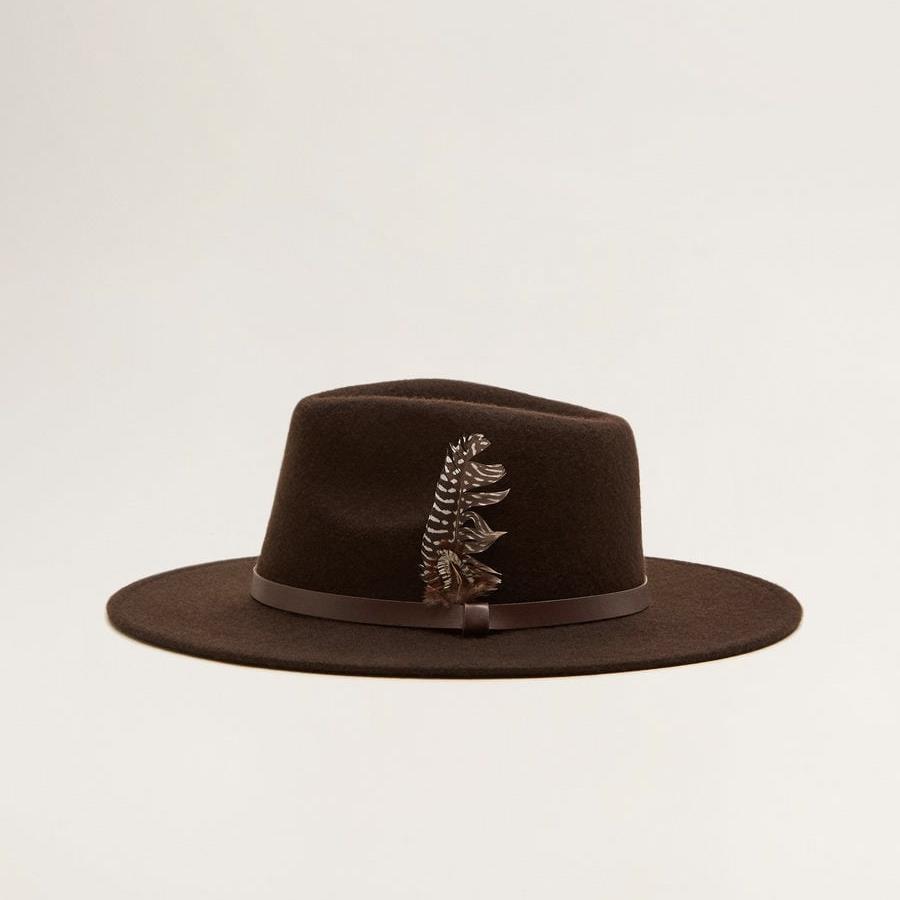 66d5a0ef8cbb5 Sombrero de Mango Con pluma a un lado en color marrón y de fieltro. Antes
