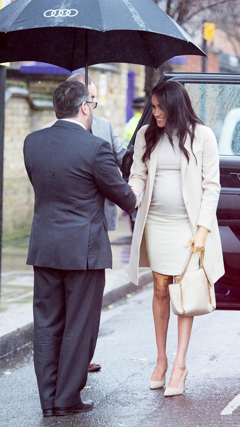 nuevo producto e2974 78c2b Meghan Markle lleva un vestido de H&M que cuesta menos de 30 ...
