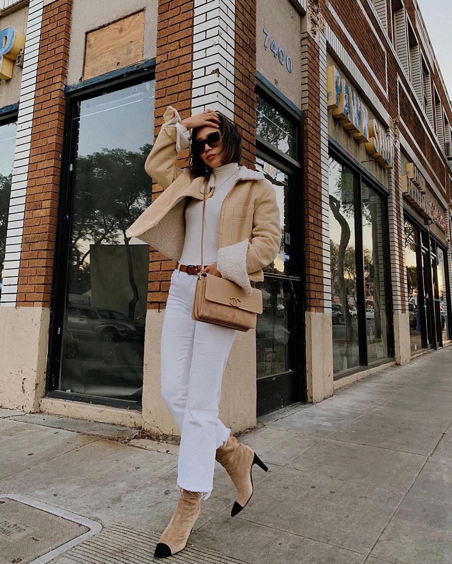 f1dba9460d2 como combinar el pantalon blanco con una chaqueta beige. Con una chaqueta  corta y unos