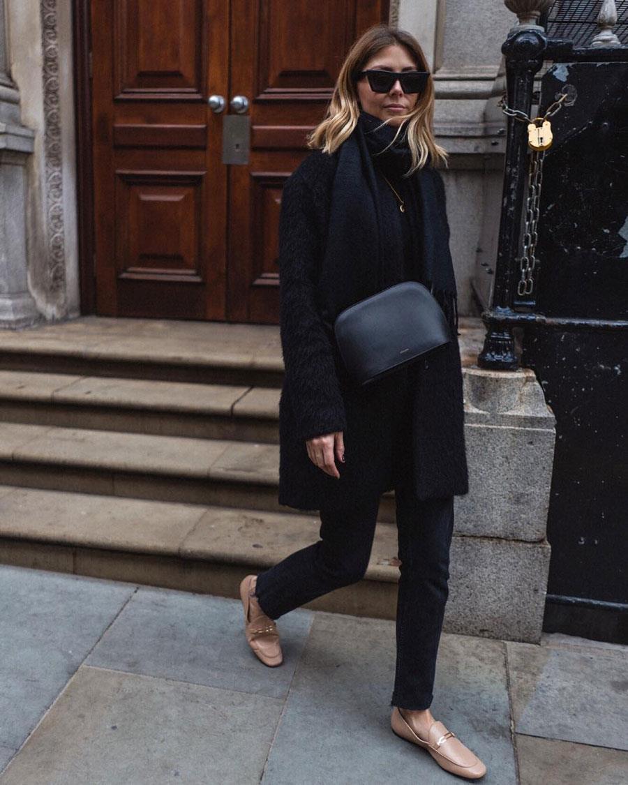 e0cca420a3f zapatos planos mujer con un total look negro. Con un total look negro