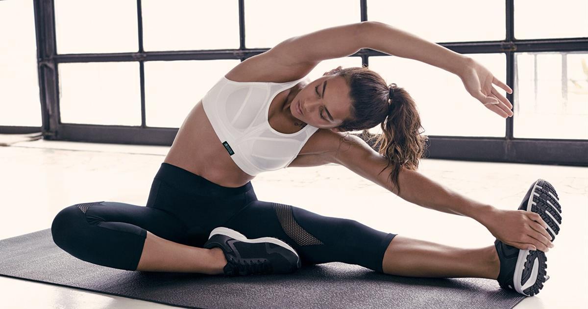 Ropa de deporte para mujer  10 conjuntos que estilizan para ir al gimnasio  - InStyle ff82d1502341a