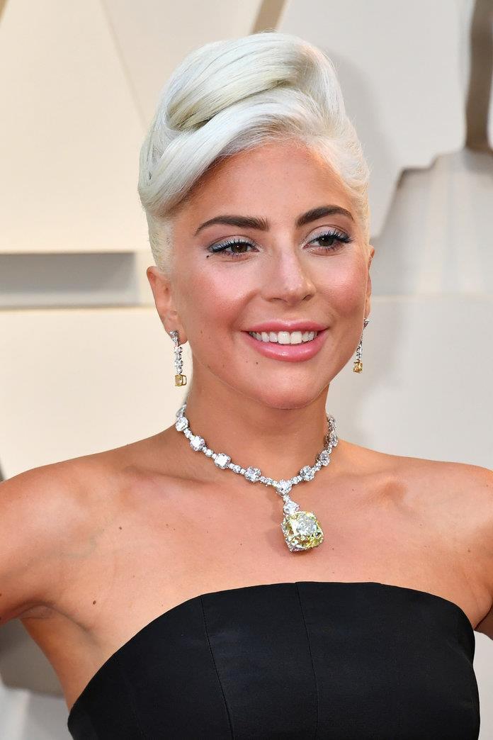 9b137e048c6e Lady Gaga toma prestado una joya de Audrey Hepburn en  Desayuno con ...