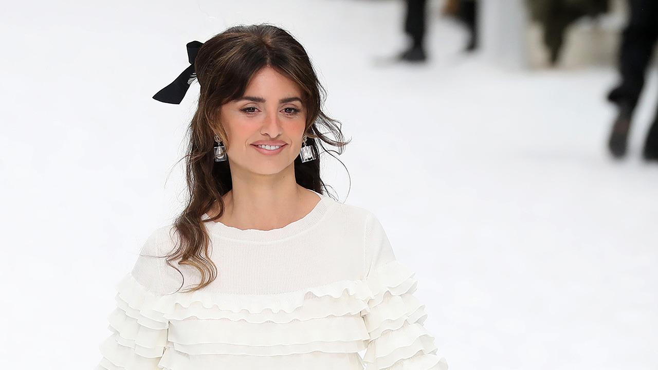 Penélope Cruz lleva en París el accesorio de invitada perfecto - InStyle 43744c01bcb