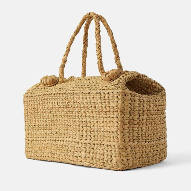 af17b3979da79 Este bolso cesta de picnic de color natural de Zara que tiene un precio de  45