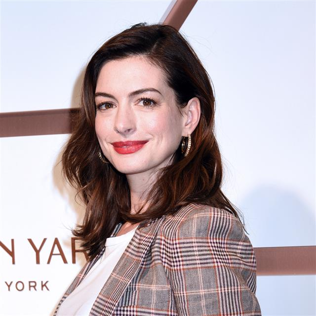 Anne Hathaway sabe qué color no falla para tus looks de invitada