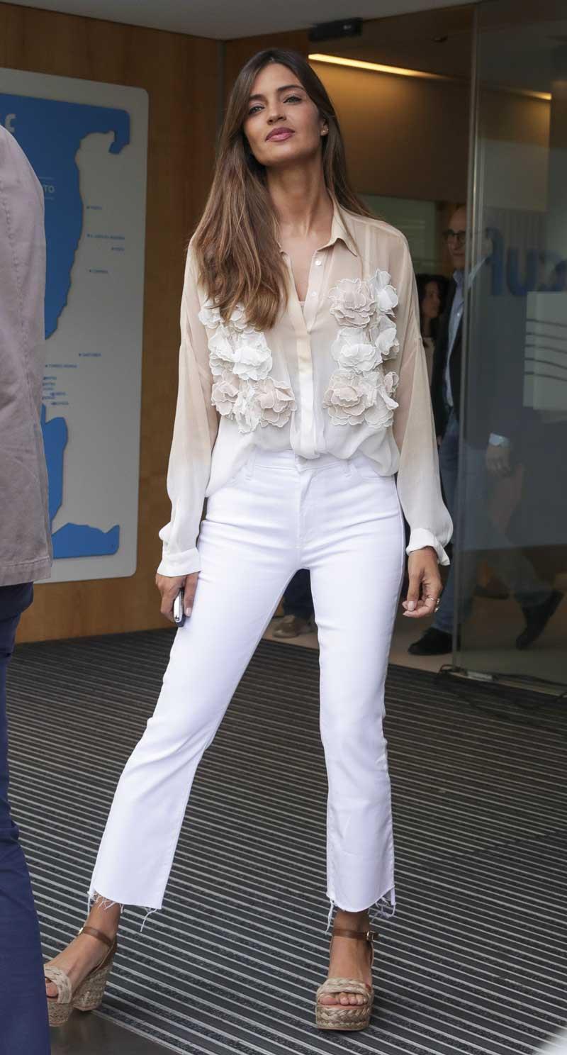 6f77aebf60fc Sara Carbonero tiene la camisa fiesta mujer perfecta para cualquier ...