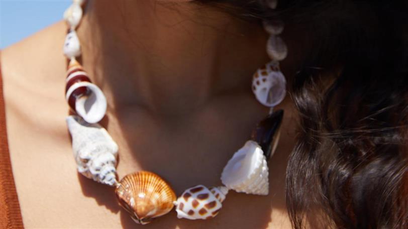 700daeab4bc5 Zara ha clonado este collar de conchas de Prada (y no te vas a ...