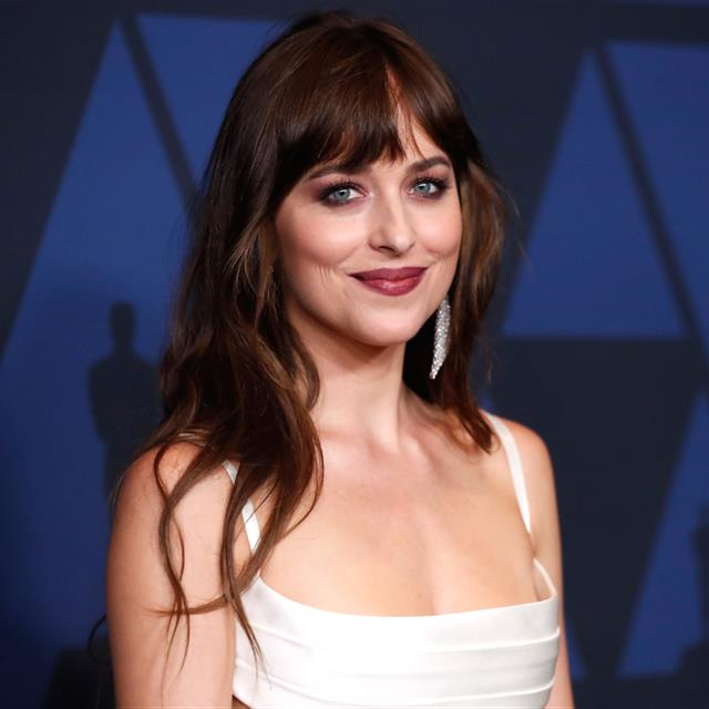 Dakota Johnson luce un dos piezas blanco ideal para una novia de primavera