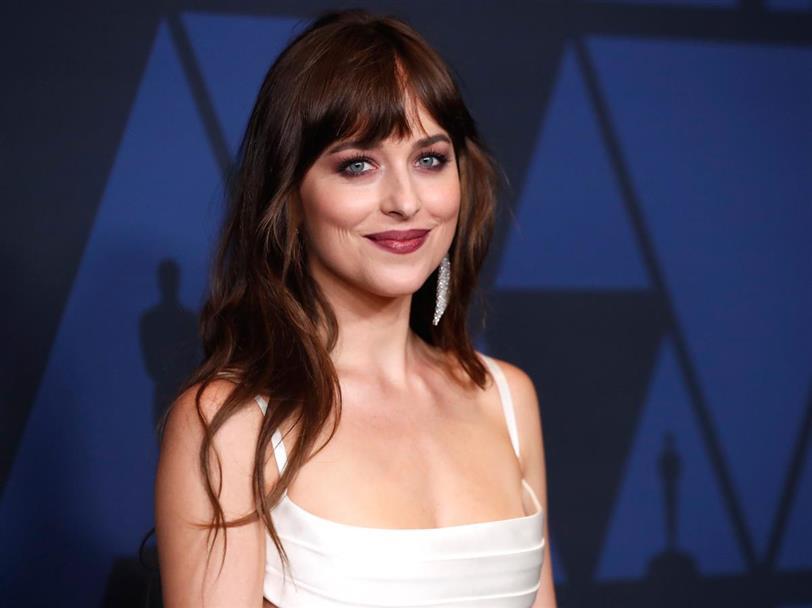 Dakota Johnson Luce Un Dos Piezas Blanco Ideal Para Una