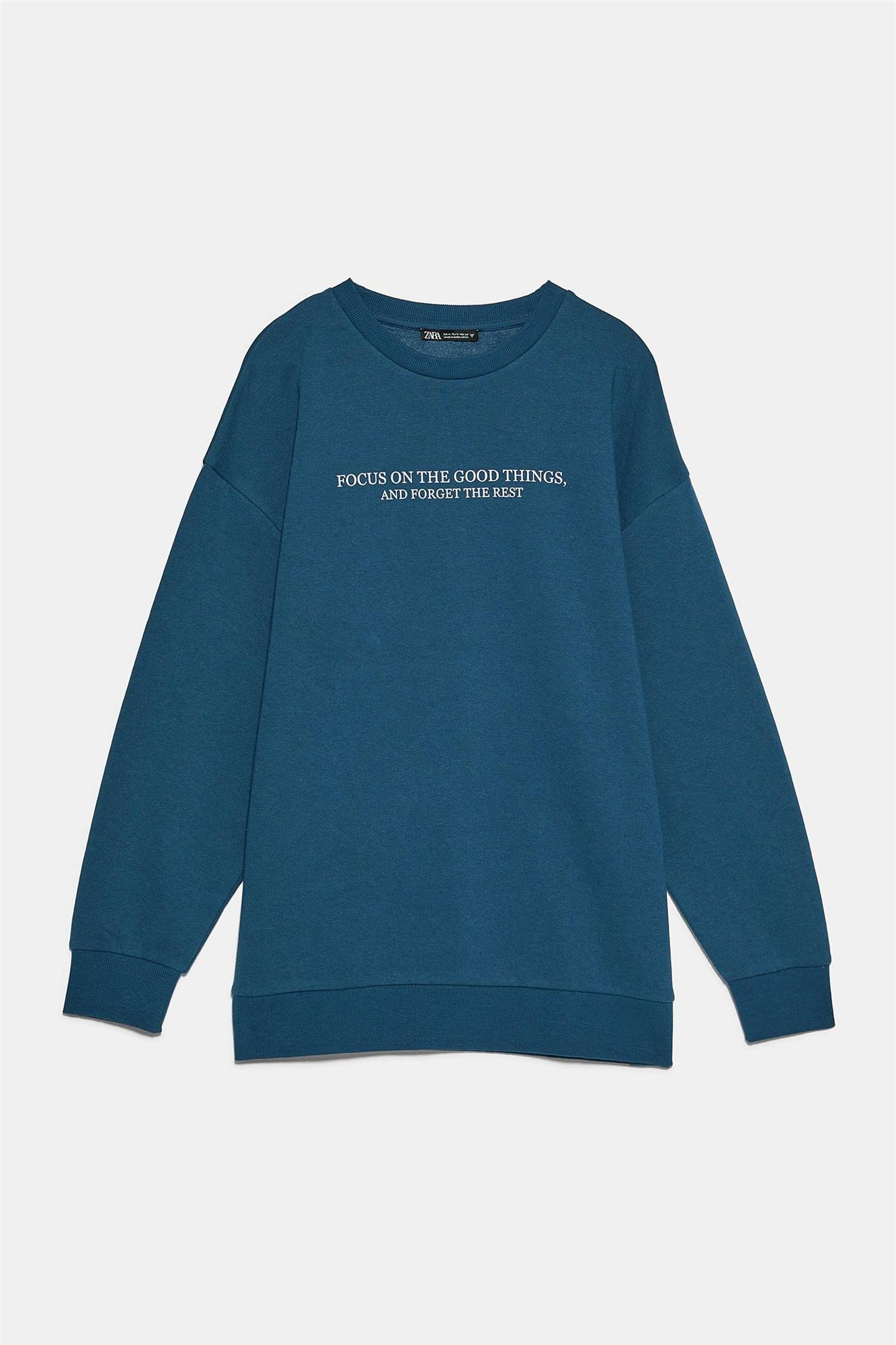 "Sudadera con mensaje ""Focus on the good things, and forget the rest"" de Zara"
