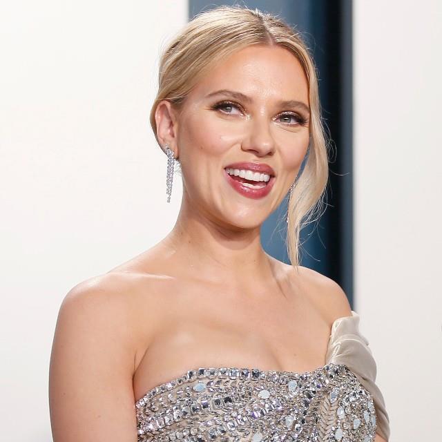 Scarlett Johansson se pega con Margot Robbie en el genial vídeo viral de las 'celebs'