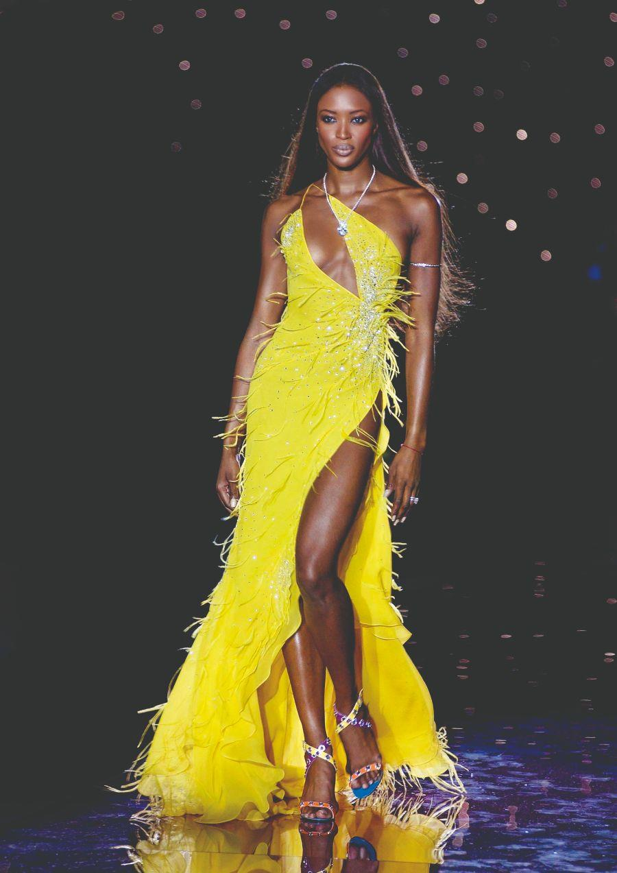 Naomi Campbell desfilando para Julien MacDonald en la London Fashion Week 2002