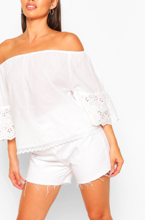 Top blanco con bordados de Boohoo