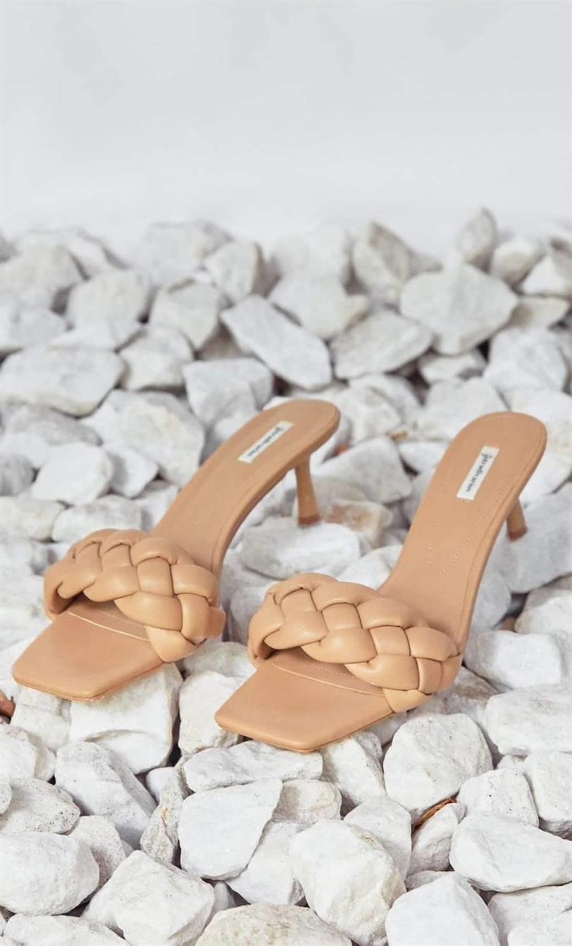 Fuerza Alérgico Para llevar  Paula Echevarría y las sandalias de Stradivarius de moda que estilizan  piernas