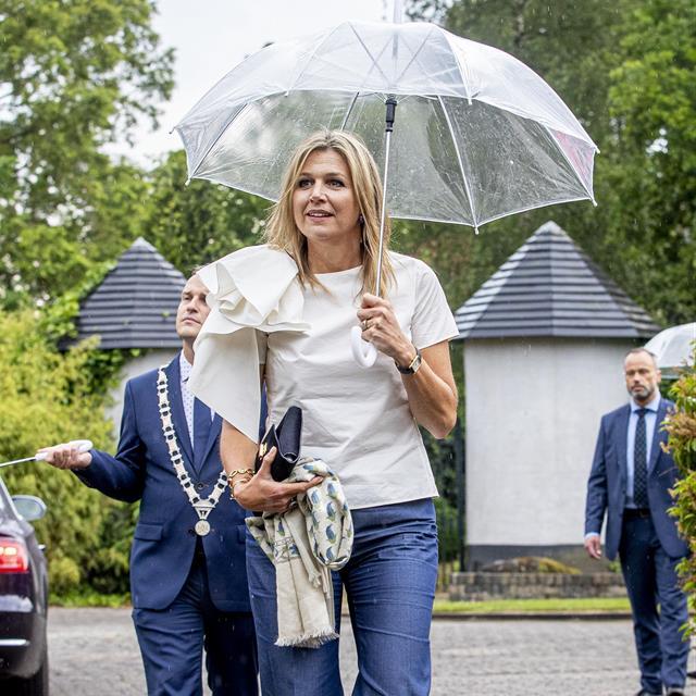 Máxima de Holanda estrena la blusa blanca que todas queremos en en nuestro armario