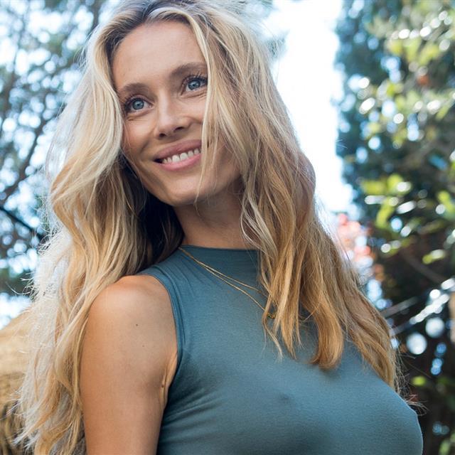 Vanesa Lorenzo tiene el bikini de rayas ecológico que te hace más morena