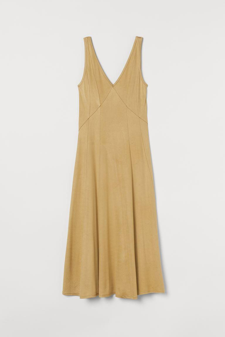 vestido-escote-pico-rebajas-hym. 'Sleep dress' en dorado, de H&M