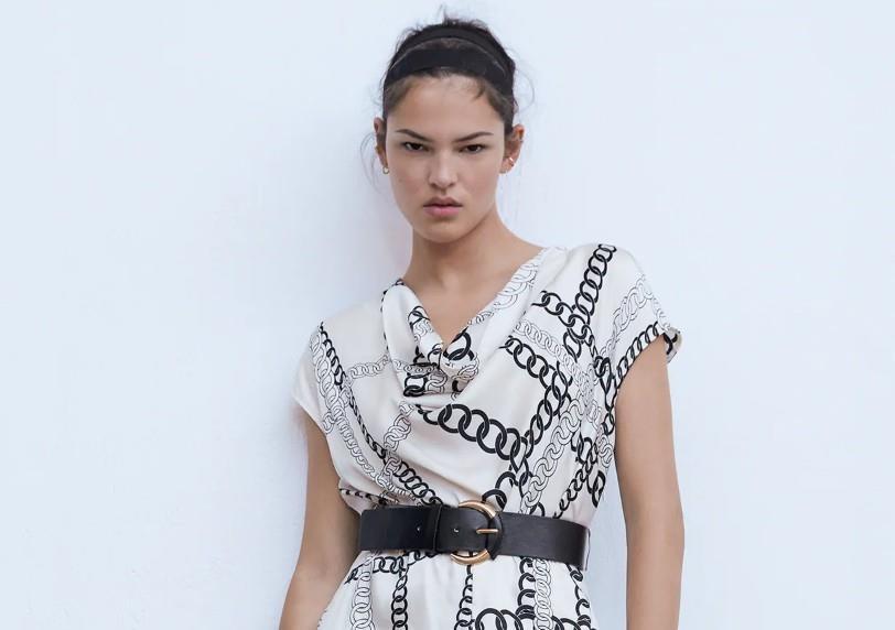 Vestido con estampado de cadenas de Zara