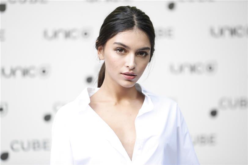 Lucía Rivera presume de vestido lencero blanco en la Costa Brava
