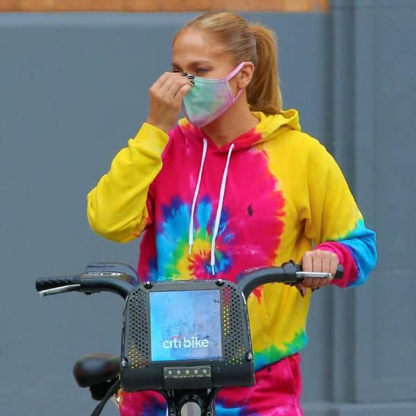 Jennifer Lopez con mascarilla