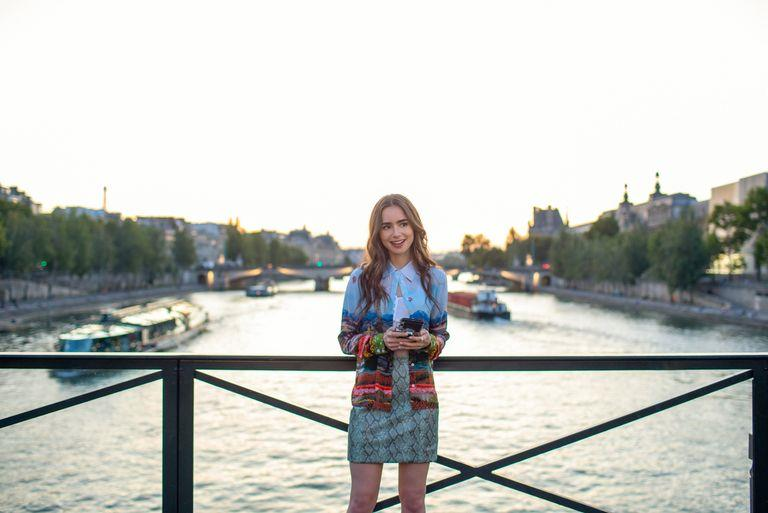 Emily in Paris con falda de serpiente