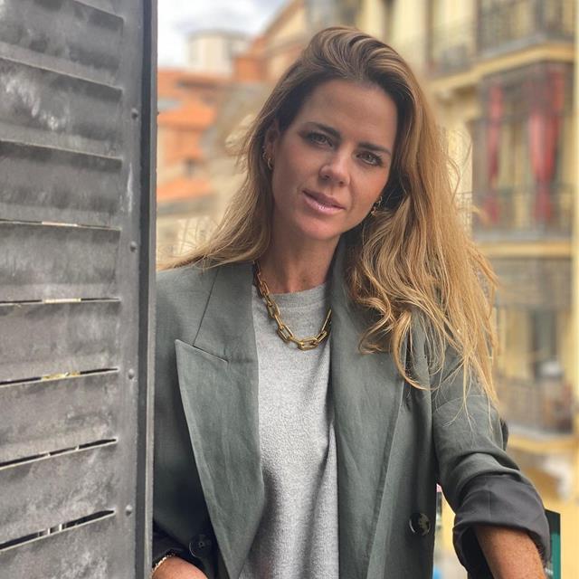 Amelia Bono estrena la falda de Zara que mejor queda con sudaderas y botas cowboy