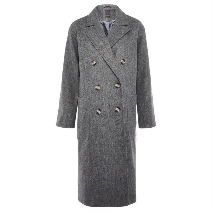 Paula Echevarría combina un abrigo de Primark, jersey de H&M y botas de nieve